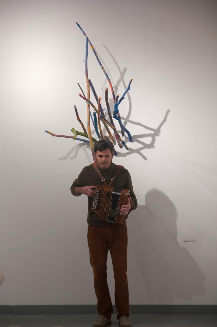Pol Aumedes durante su perfomance. Al fondo una obra de Carles Azcón