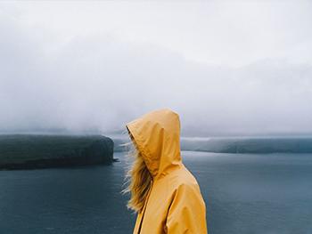 Alex y Anastasia, Yellow raincoat