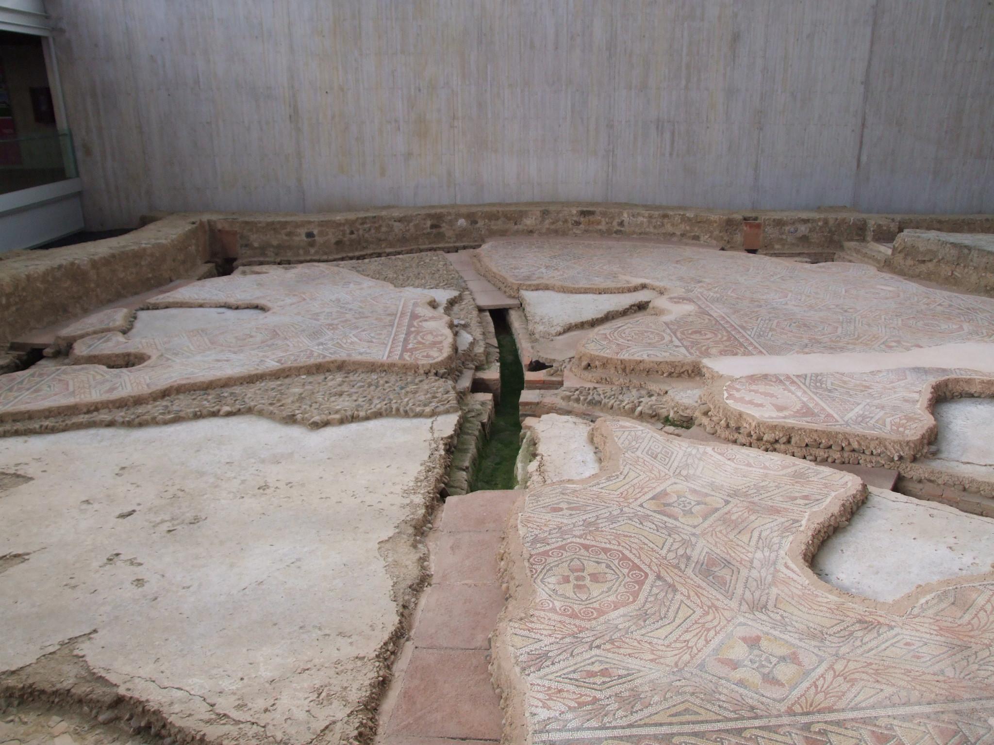 Parte de los mosaicos y las cañerías de la Villa de la Olmeda.