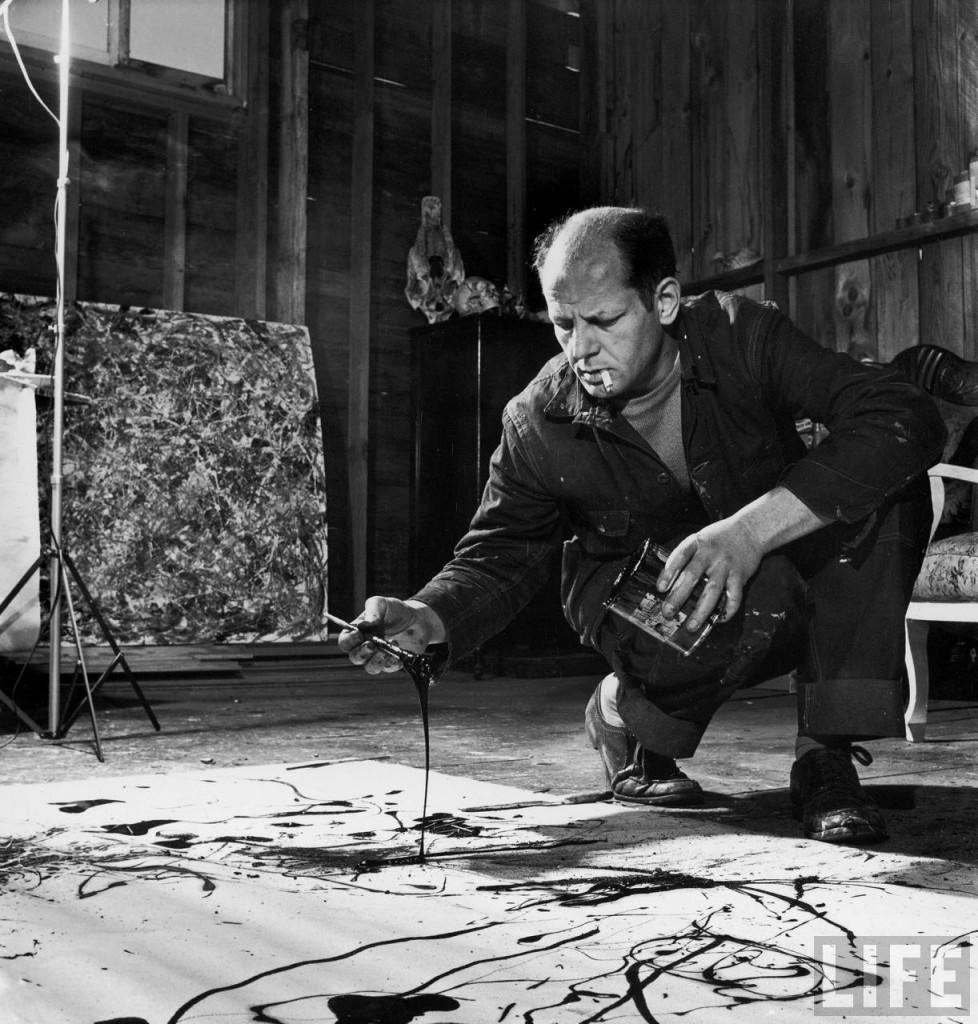 Paul Jackson Pollock trabajando en su casa de Springs, en una fotografía tomada por Arnold Newman para la revista Life en 1949.