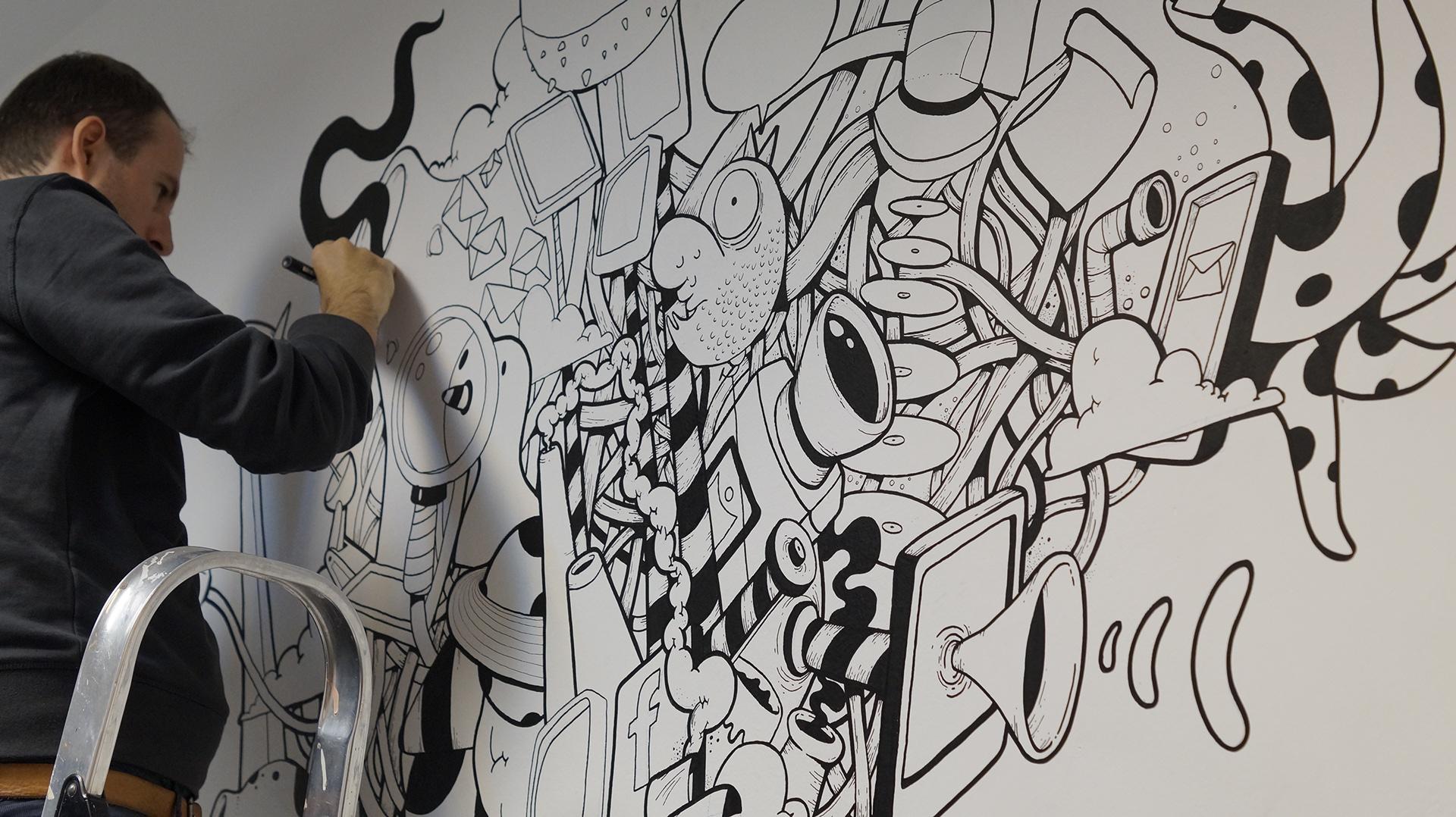 Oscar Llorens dibujando una de sus obras