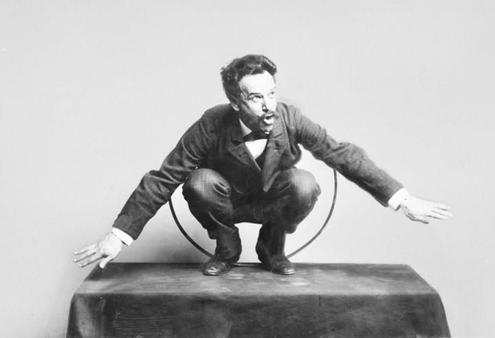 Franz Boas posando en una exposición, 1895