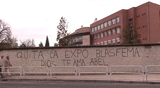 "Graffiti en repulsa a la exposición ""Desenterrados"". Enero 2015, Pamplona"