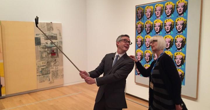 Público frente a una pieza del artista pop norteamericano Andy Warhol.