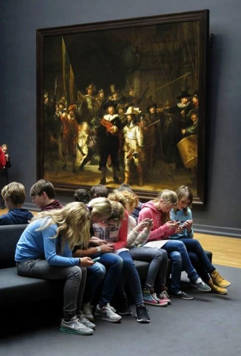 Grupo de adolescentes en el Rijksmuseum de Amsterdam. Al fondo, La ronda nocturna del pintor neerlandés Rembrandt Harmenszoon van Rijn. Fotografía: Gijsbert van der Wal
