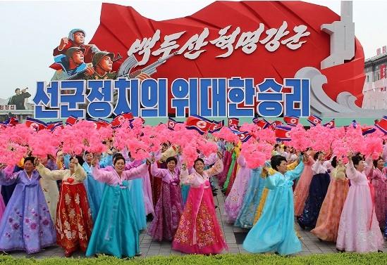 La propaganda como elemento participante del desfile norcoreano. Clausura VII Congreso del Partido de los Trabajadores, mayo 2016. Pyongyang, Corea del Norte. Foto El País