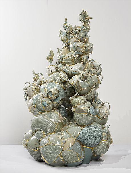 Escultura cerámica creada con fragmentos de otras piezas