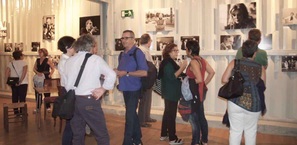 """Gente disfrutando de la exposición """"Mapes del Mediterrani"""" en la fiesta de bienvenida de la nueva edición de Mostra Viva del Mediterrani."""
