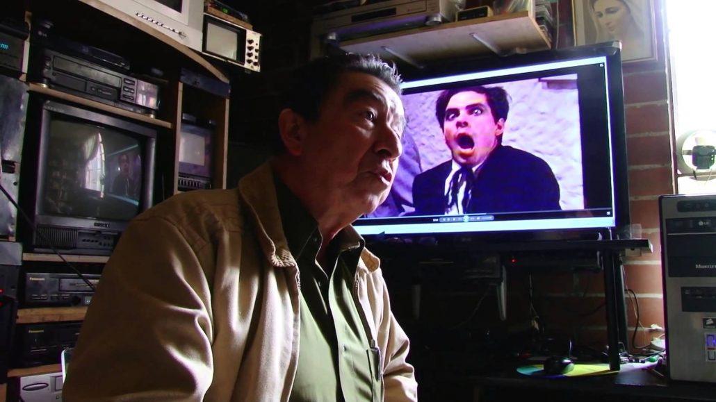 """Jairo Pinilla en el estudio de grabación de su apartamento. Fotograma programa """"En Órbita""""."""
