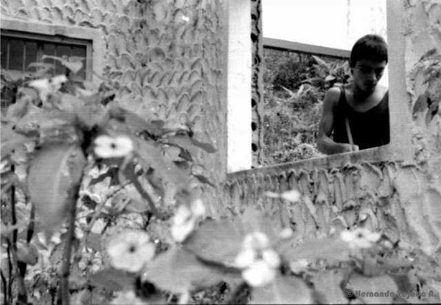 """Fotograma película """"Rodrigo D: No Futuro"""". Rodrigo vagando con sus baquetas."""