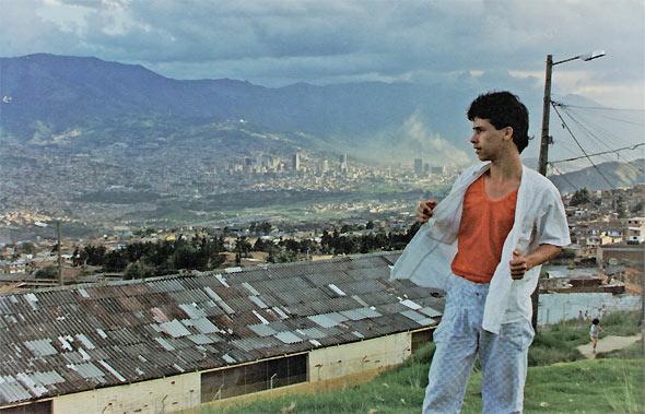 """Fotograma película """"Rodrigo D: No Futuro"""". Amigo de Rodrigo vagando por las comunas."""