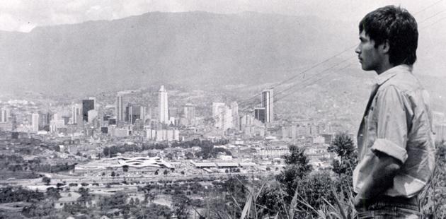 """Fotograma película """"Rodrigo D: No Futuro"""". Rodrigo contemplando a Medellín."""