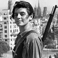 MD34. MADRID, 15/05/08.- Fotografía del Archivo Histórico de Efe, tomada el 21 de julio de 1936 en la azotea del hotel Colón de Barcelona, de la miliciana Marina Ginestá, afiliada a las juventudes comunistas, fusil al hombro, mirando a la cámara. Ginestá tenía 17 años cuando el fotógrafo Juan Guzmán la inmortalizó en una de esas imágenes que, varias décadas después, se convertirían en un símbolo de la contienda y que forman parte del Archivo Histórico de Efe. De Marina Ginestá nunca más se volvió a saber. Hasta que el empeño de un documentalista de Efe, Julio García Bilbao, permitió hallarla en París y que rememora aquel instante con una lucidez extraordinaria a sus 89 años. EFE/ARCHIVO HISTORICO/JUAN GUZMAN     ESPAÑA-ESPAÑA-FOTOGRAFIA