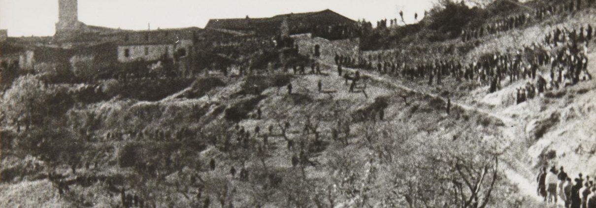 Final de la película. Subida de los vecinos del pueblo para llevar a los heridos y a los fallecidos de la Batalla de Teruel de vuelta al pueblo, para cuidar de ellos o enterrarlos.