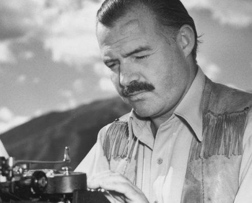 El escritor Ernest Hemingway escribiendo a máquina en uno de sus viajes a África.