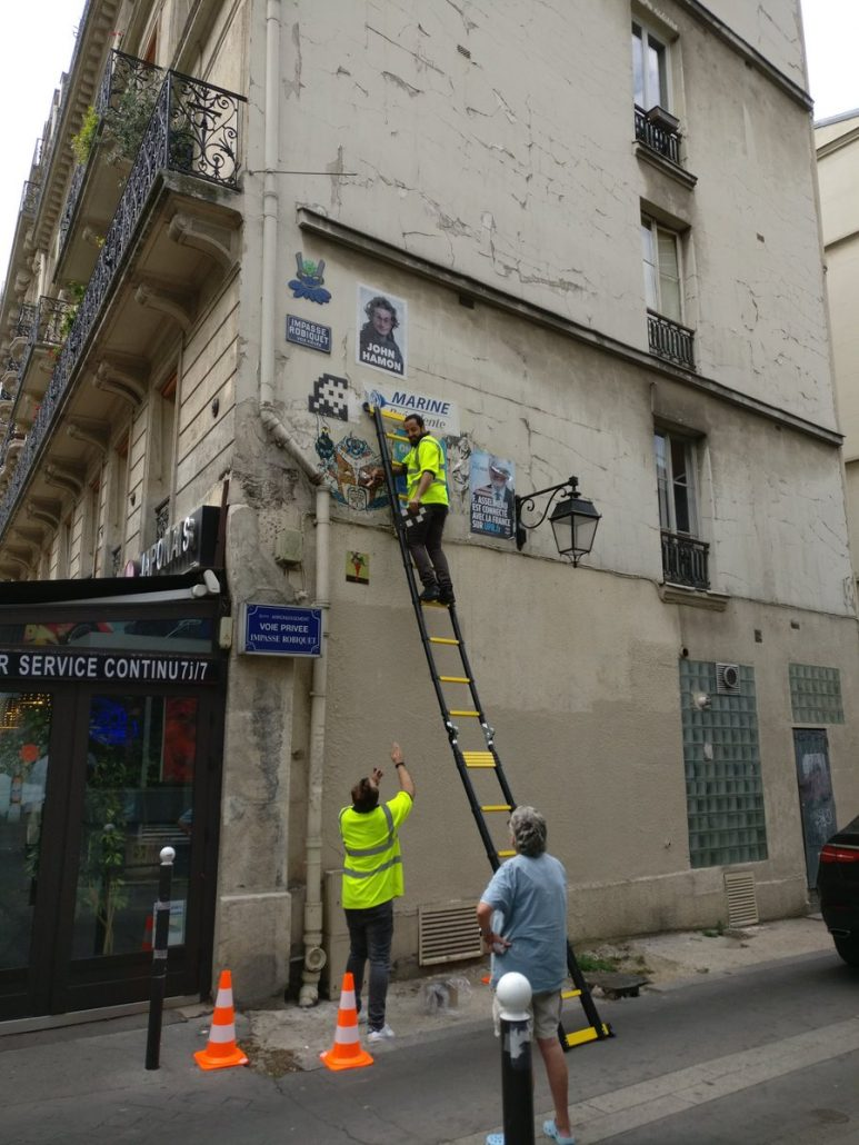 Robo mosaico Invader París